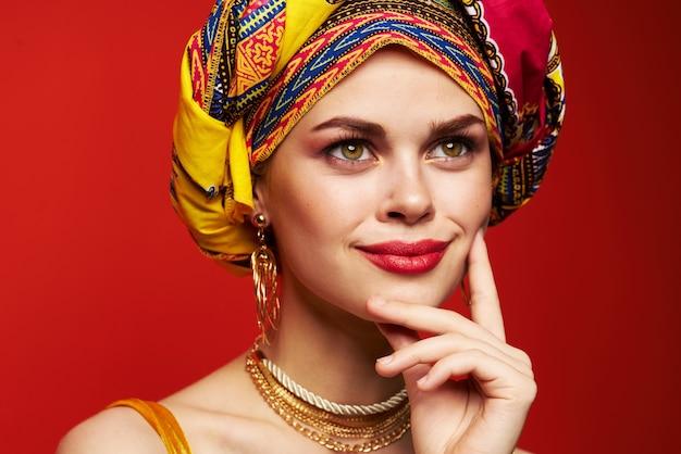 Mulher atraente de etnia idiota multicolorida parece close-up