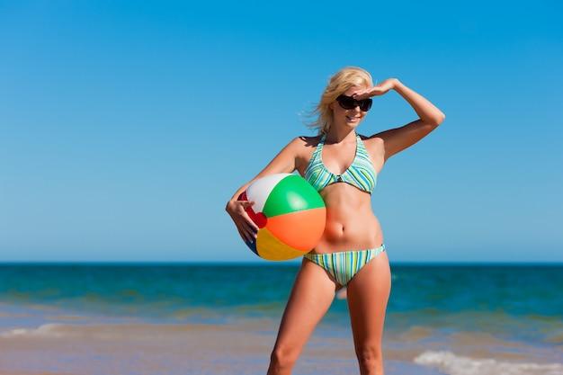 Mulher atraente em biquíni na praia