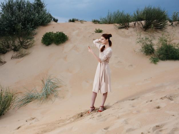 Mulher atraente em casaco posando moda de estilo de vida de ar fresco de praia. foto de alta qualidade