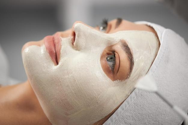Mulher atraente em procedimento para melhorias de pele