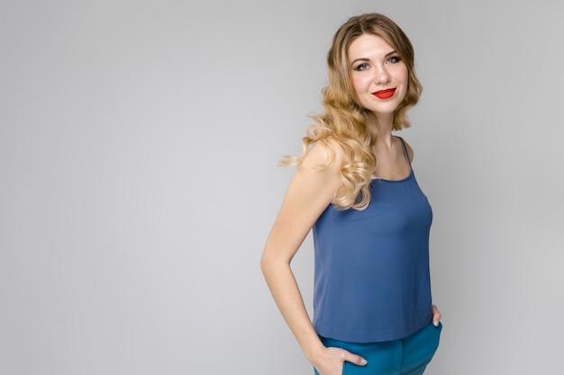 Mulher atraente em roupas da moda