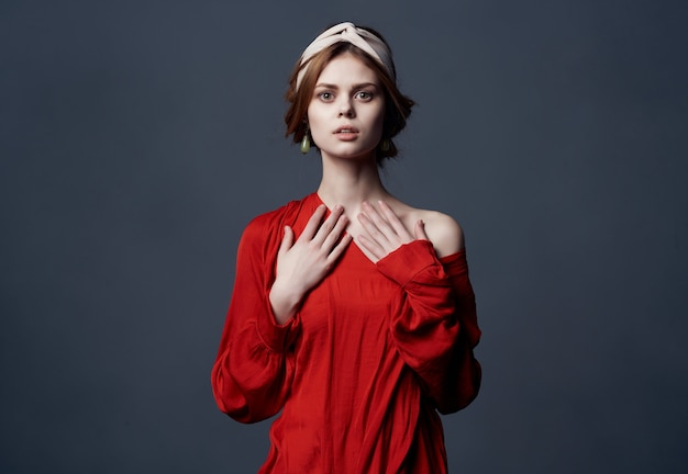 Mulher atraente em vestido vermelho luxo festa fundo escuro
