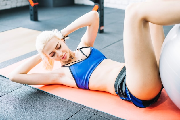 Mulher atraente fazendo abdominais abdominais