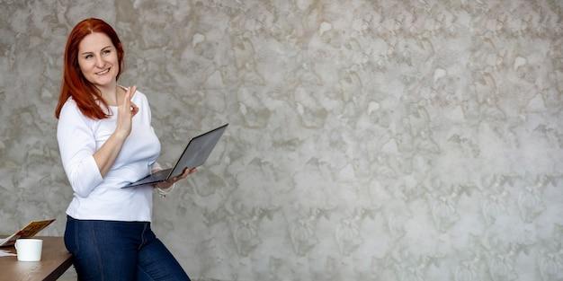 Mulher atraente feliz com banner de educação de laptop para trabalho remoto ou serviço de reparo