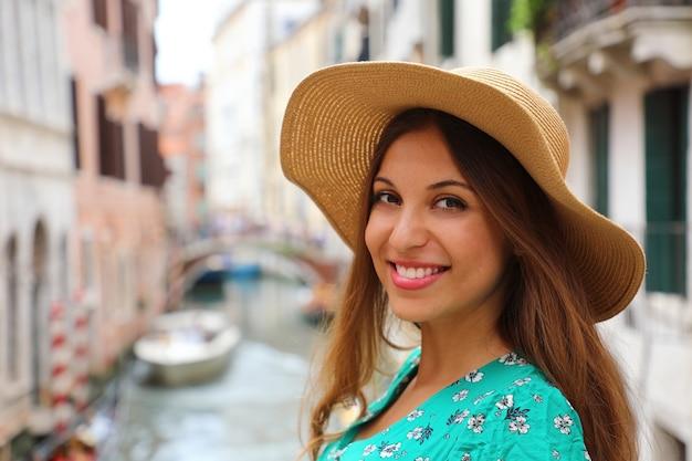 Mulher atraente feliz sorrindo em veneza na itália