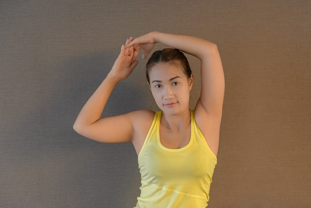 Mulher atraente fitness, corpo feminino treinado, retrato de estilo de vida