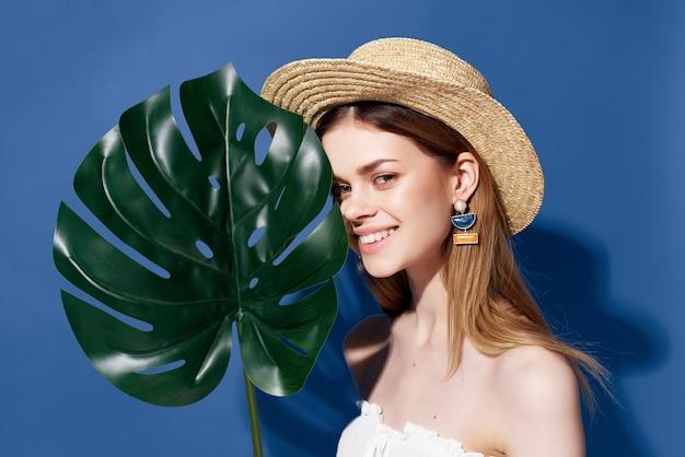 Mulher atraente folha de palmeira verde posando emoção estilo de vida
