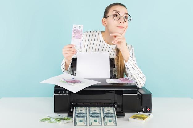 Mulher atraente imprimindo dinheiro