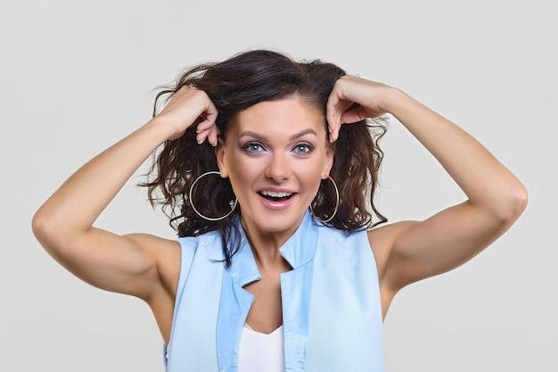 Mulher atraente levantou as mãos à cabeça em surpresa