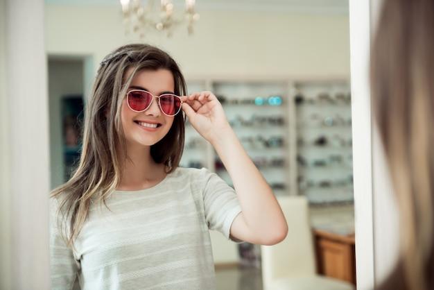 Mulher atraente na consulta no consultório oftalmológico