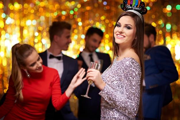 Mulher atraente na coroa da festa