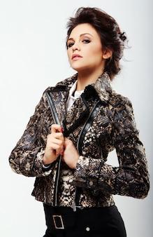 Mulher atraente na jaqueta de couro