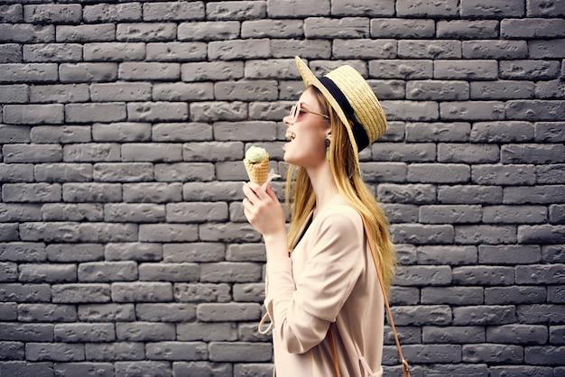 Mulher atraente na rua com as férias divertidas com sorvete
