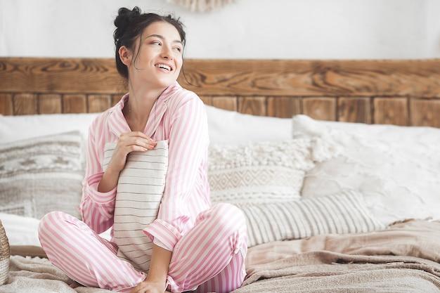 Mulher atraente no quarto. mulher de pijama.