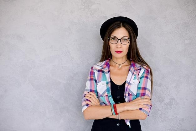 Mulher atraente, óculos