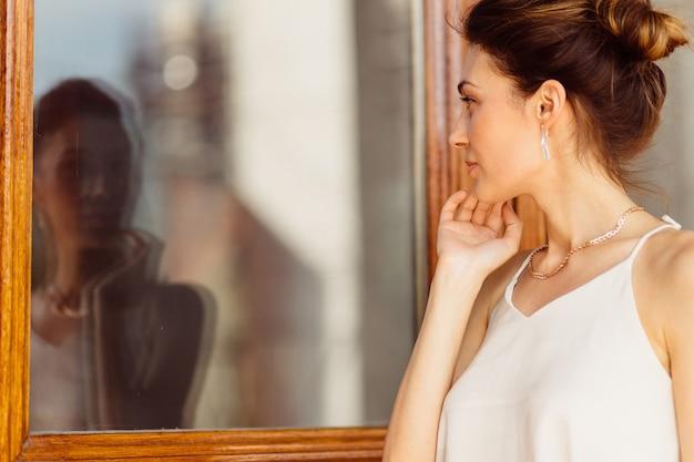 Mulher atraente, olhando seu reflexo