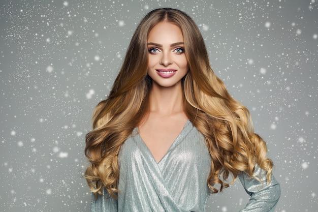 Mulher atraente perfeita, com cabelos lisos grossos em prata festiv