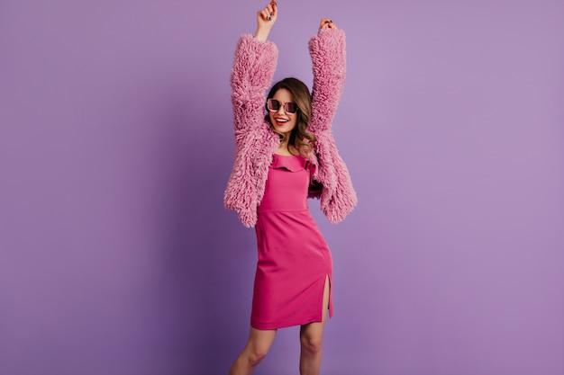 Mulher atraente posando de vestido rosa