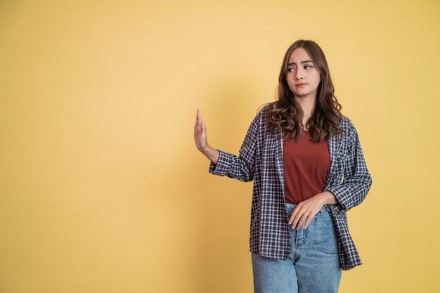 Mulher atraente recusando oferta gesto pose com copyspace