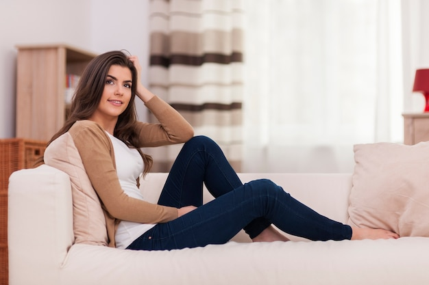 Mulher atraente relaxando no sofá