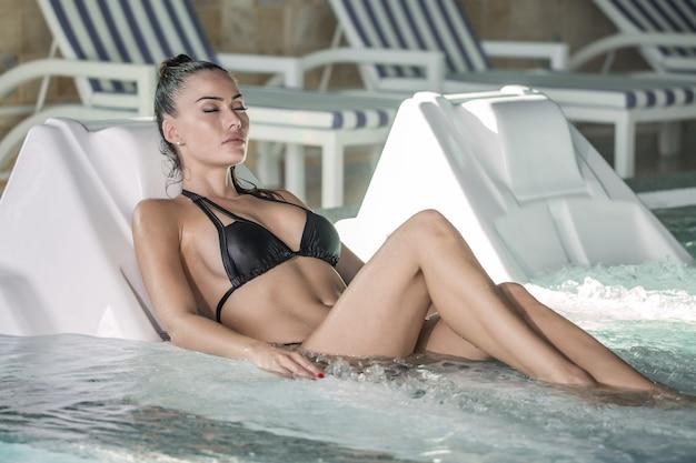 Mulher atraente relaxante no jacuzzi