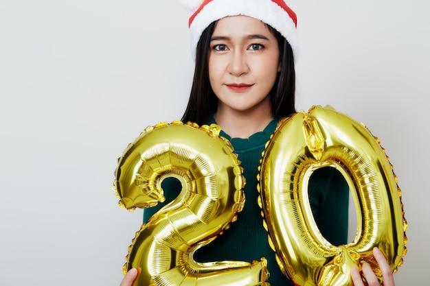 Mulher atraente, segurando o número do balão de folha metálica