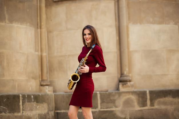 Mulher atraente sexy com saxofone na ucrânia, europa