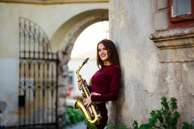 Mulher atraente sexy com saxofone