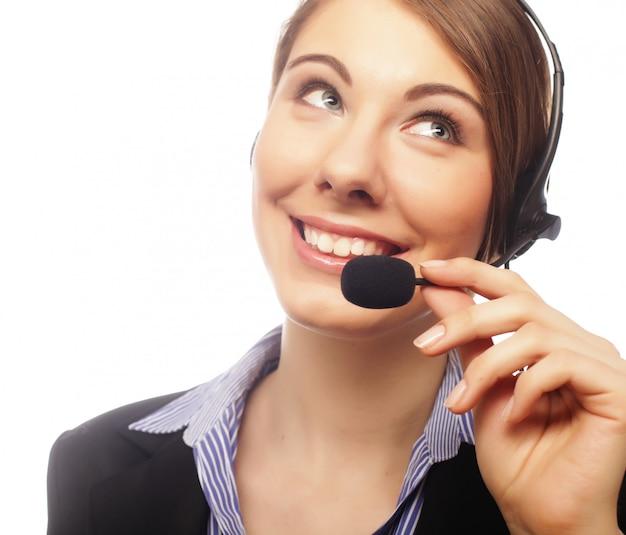 Mulher atraente sorridente com fone de ouvido