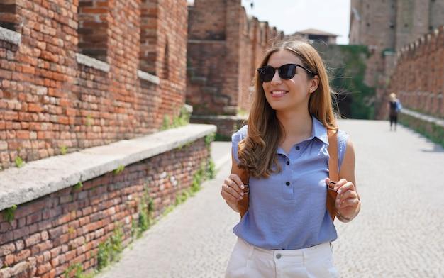 Mulher atraente turista de moda viajando sozinha pela europa