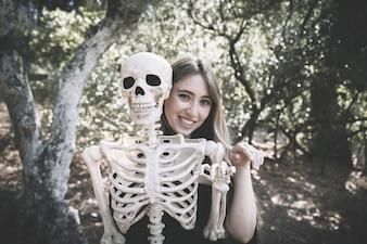 Mulher, atrás de, esqueleto, com, levantando mão