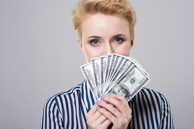 Mulher atrás de um fã de dinheiro