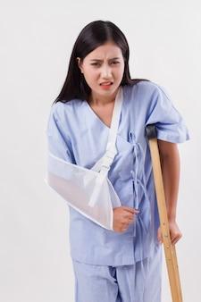 Mulher azarada com osso do braço quebrado