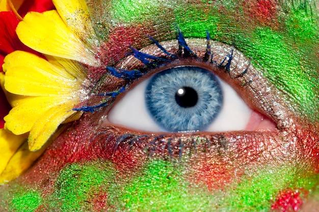 Mulher azul olho maquiagem primavera flores metáfora