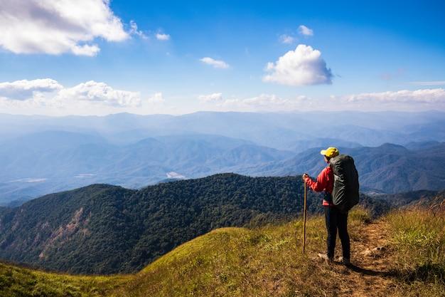 Mulher backpacking nova que caminha em montanhas. doi mon chong, chiangmai, tailândia.