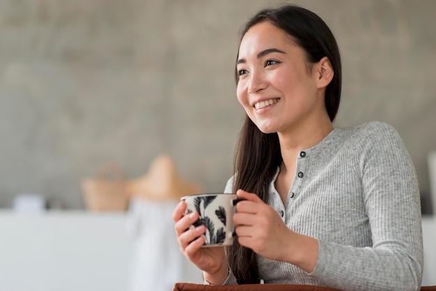 Mulher baixo ângulo, bebendo chá