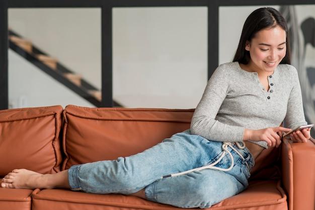 Mulher baixo ângulo, usando móvel