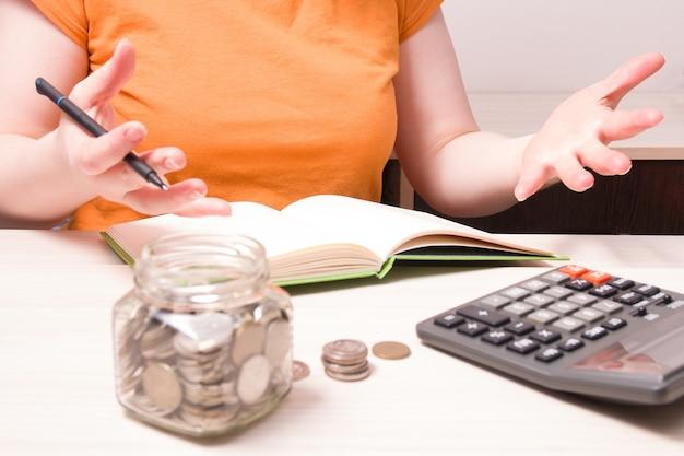 Mulher balança as mãos emocionalmente, contando finanças, mulher conta dinheiro