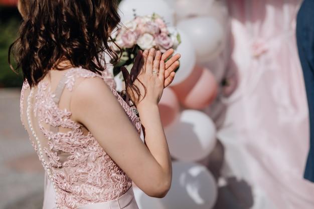 Mulher batendo palmas na cerimônia