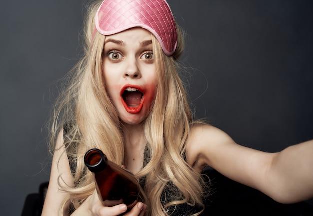 Mulher bêbada manchada de batom, vida noturna, garrafa de álcool, closeup