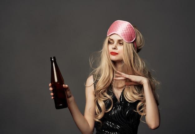 Mulher bêbada manchada de batom vida noturna garrafa de álcool fundo escuro