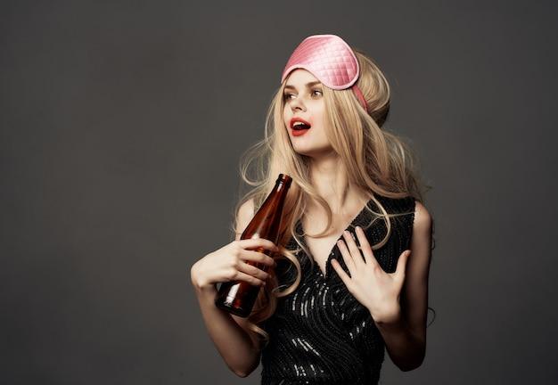 Mulher bêbada manchada de fundo escuro de garrafa de álcool de vida noturna de batom. foto de alta qualidade