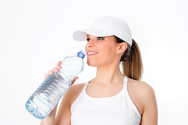 Mulher bebendo água depois do esporte