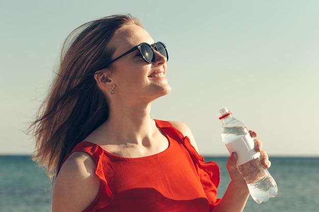 Mulher bebendo água.