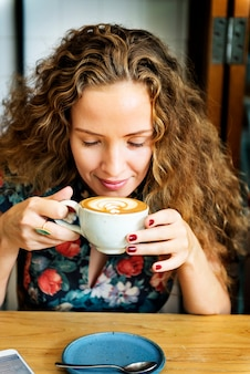 Mulher bebendo café café da manhã refresco conceito