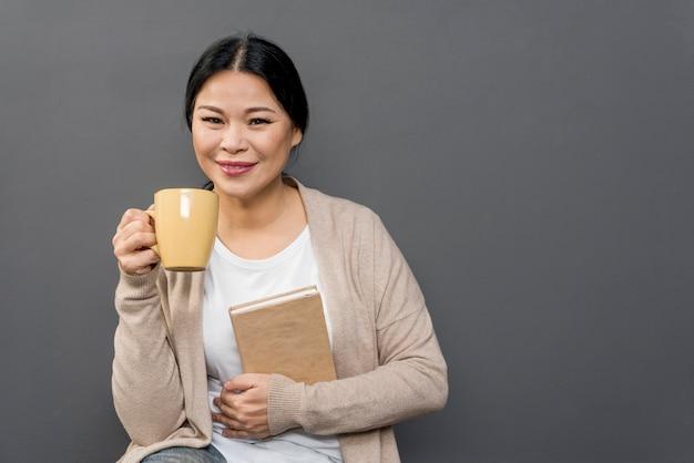 Mulher, bebendo café, e, leitura