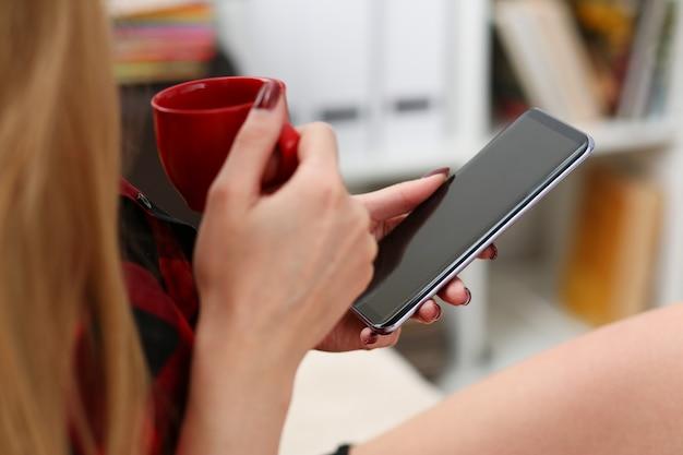 Mulher, bebendo café, e, olhar, laptop