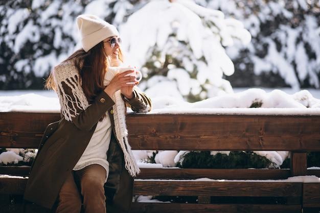 Mulher bebendo café pela casa no inverno