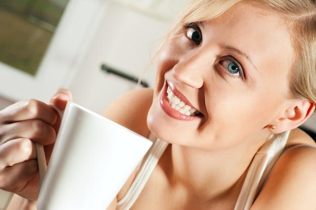 Mulher bebendo café