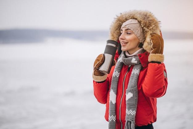 Mulher, bebendo, chá quente, em, inverno, exterior